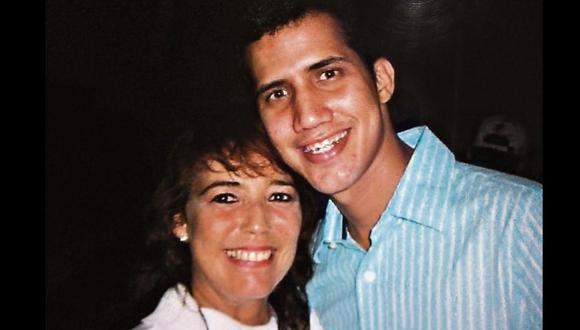 El hoy presidente encargado de Venezuela, Juan Guaidó, junto a Marcy Escalona, su primera maestra cuando tenía 5 años. (Foto: Archivo personal)