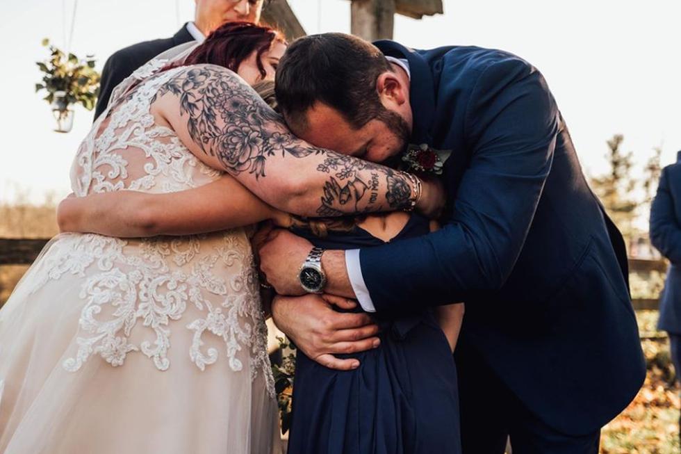 Un novio emocionó a todos los invitados que asistieron a su boda tras dedicarle un emotivo discurso a su hijastra | Foto: Facebook / Abigail Gingerale Photography