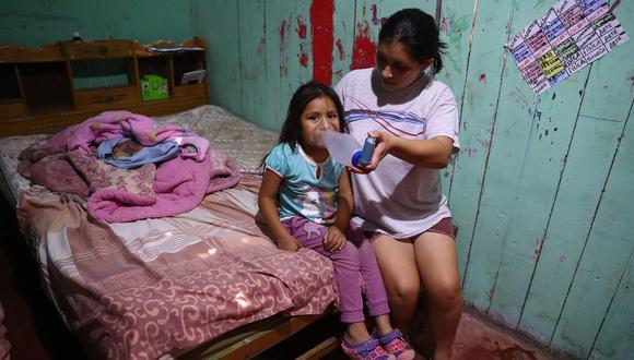 Luhana, de 5 años, debería acudir al médico todos los meses para controlar el asma que la aqueja. La última vez que pudo ir al hospital fue en febrero (Foto: Alessandro Currarino/El Comercio).