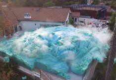 La espectacular 'explosión de espuma' que cubrió el patio de una casa como parte de un experimento | Video