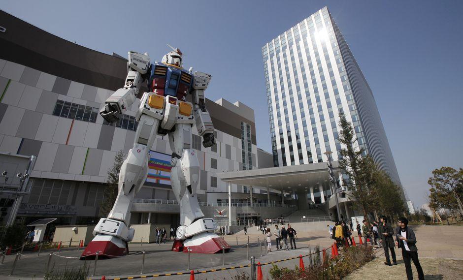 """Una escultura de un robot del anime """"Gundam"""", de 18 metros de altura, permanece vigilante frente a un centro comercial en Tokio. (Foto: Reuters)"""