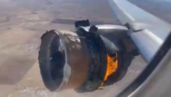 Un Boeing 777 de United Airlines vuela con el motor en llamas en Denver, Estados Unidos. (Captura de video).