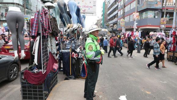 Hasta antes de las intervenciones de la municipalidad y la policía, Gamarra tenía al menos 15 mil ambulantes invadiendo las calles. (Foto: El Comercio)