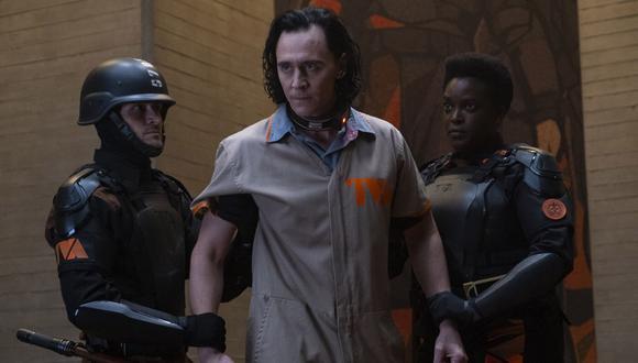 Loki es llevado a las oficinas de la TVA tras interrumpir el correcto lineamiento del tiempo. (Foto: Chuck Zlotnick para Marvel Studios)