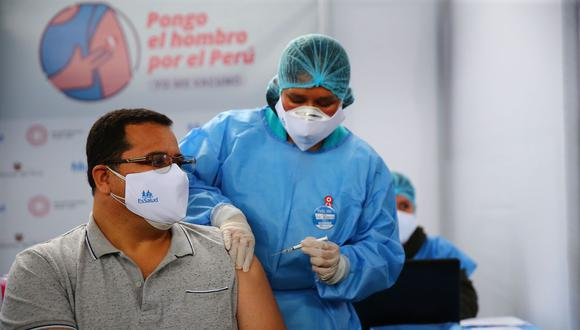 Hace 14 meses el padre venció al mortal virus y hoy, sábado 10 de julio, finalmente fue inmunizado. (Foto: Hugo Curotto/ @photo.gec)