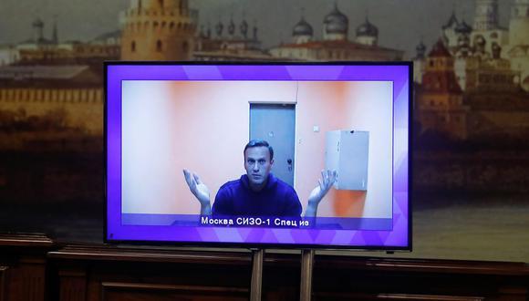 El líder de la oposición rusa Alexei Navalny aparece en una pantalla a través de un enlace de video durante una audiencia judicial para considerar una apelación sobre su arresto en las afueras de Moscú, Rusia, el 28 de enero de 2021. (REUTERS/Maxim Shemetov).