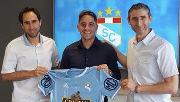 Hohberg posa con la camiseta Sporting Cristal junto a Joel Raffo y Luque, presidente y director general de la institución celetse, respectivamente, tras firmar por dos años con los celestes. (Foto: Sporting Cristal)
