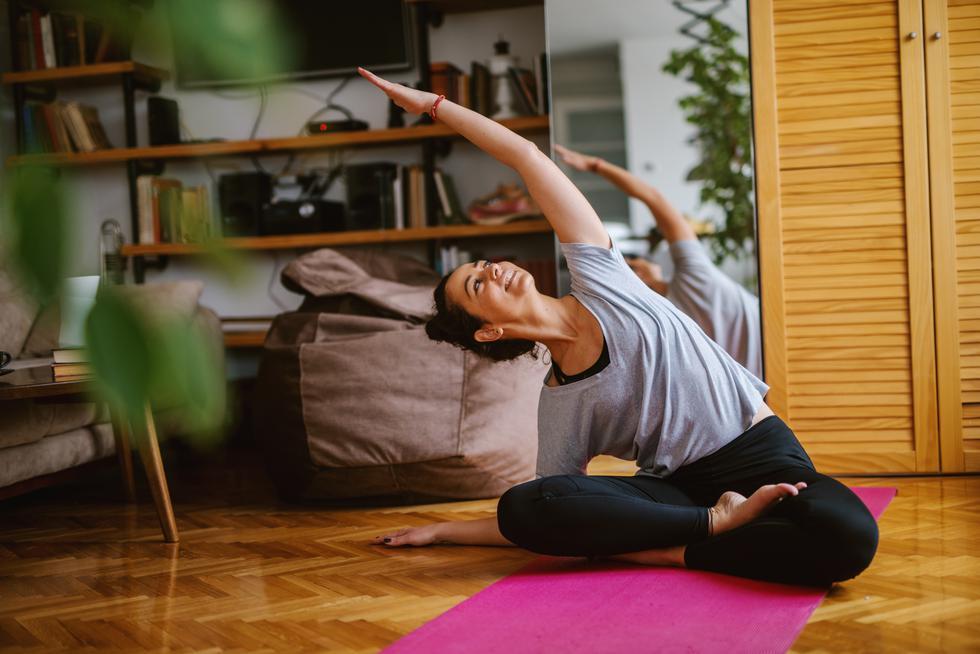 El yoga es la disciplina cuya práctica involucra sesiones de ejercicios físicos, mediante la ejecución de posturas, y momentos de entrenamiento mental y espiritual, a través de la meditación y la sincronización con nuestra respiración. De esta manera, podemos experimentar momentos de calma donde podemos observarnos completamente. Por ello, con la práctica constante irás tomando consciencia de cada parte de tu cuerpo, conocerás tus potenciales a nivel mental y reconectarás con tu esencia.(Foto: Shutterstock)