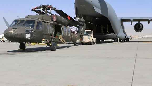 Las tropas de Estados Unidos llevan un helicóptero UH-60L Blackhawk hasta un C-17 Globemaster III en Bagram, Afganistán. (Foto de Corey VANDIVER / DVIDS / AFP).
