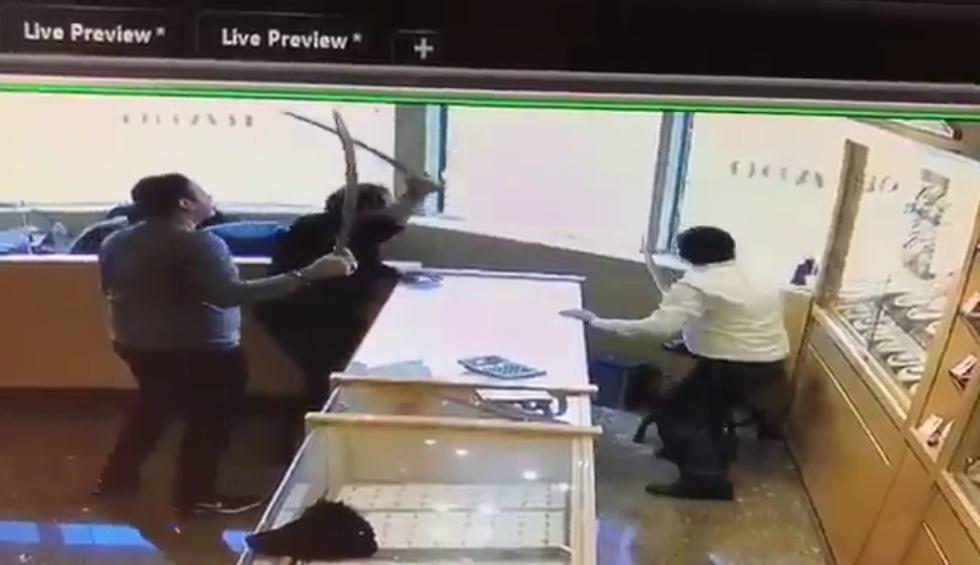 Frustran asalto a joyería a sablazo limpio y el video del hecho causa furor en Facebook. (Crédito: @blogTO en Twitter)