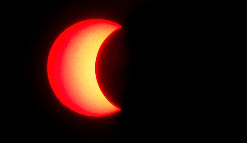 """La superficie del sol se ve cuando la luna se mueve frente a ella en un raro eclipse solar de """"anillo de fuego"""", como se ve desde Wan Twin en el centro de Myanmar. (Foto: AFP)"""