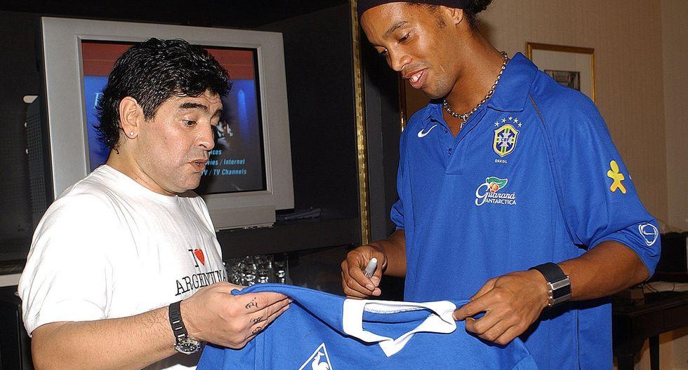 El astro argentino Diego Armando Maradona utilizó su cuenta de Facebook para dedicarle afectuosas palabras al brasileño Ronaldinho. (Foto: AFP)