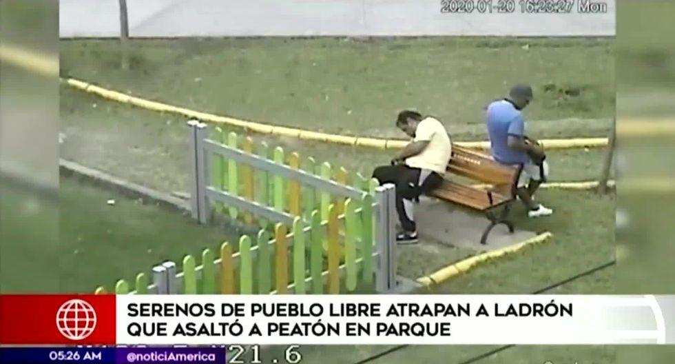 El ladrón aprovecha que su víctima está dormida para sustraer sus objetos de valor. (Foto captura: América Noticias)