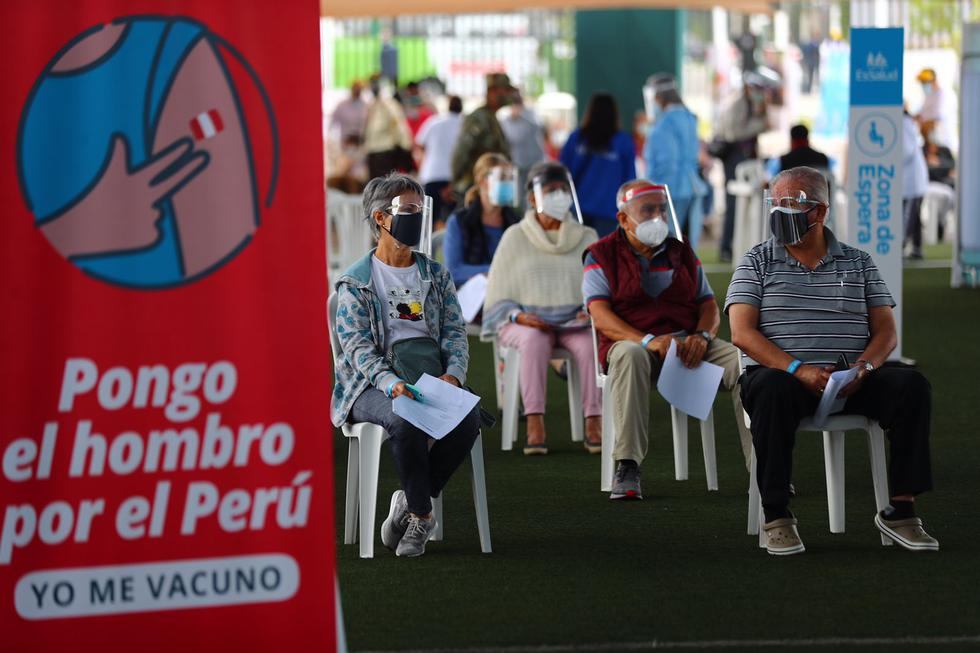 Desde las primeras horas de la mañana, de este viernes 30 de abril, se inició la jornada de vacunación contra el COVID-19 dirigida a personas mayores de 70 años que residen en 50 distritos restantes de Lima Metropolitana y Callao, como parte de la nueva estrategia territorial de inmunización desplegada por el Ministerio de Salud (Minsa). En esta ocasión, se pudo apreciar la llegada de centenares a personas de la tercera edad en distritos de Miraflores, San Isidro y el Rímac. (Foto: Hugo Curotto/@photo.gec)