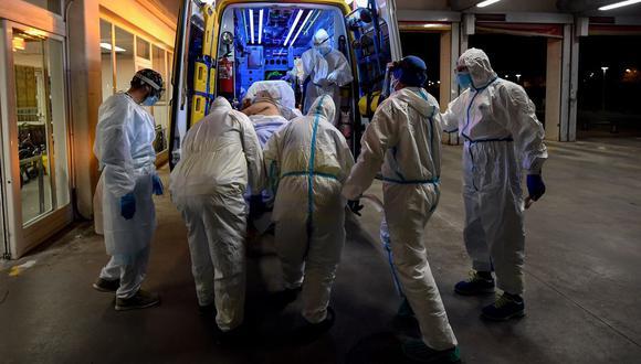 Personal sanitario de Madrid traslada a un hombre con sospecha de coronavirus a un hospital el 13 de noviembre de 2020. (Foto de OSCAR DEL POZO / AFP).