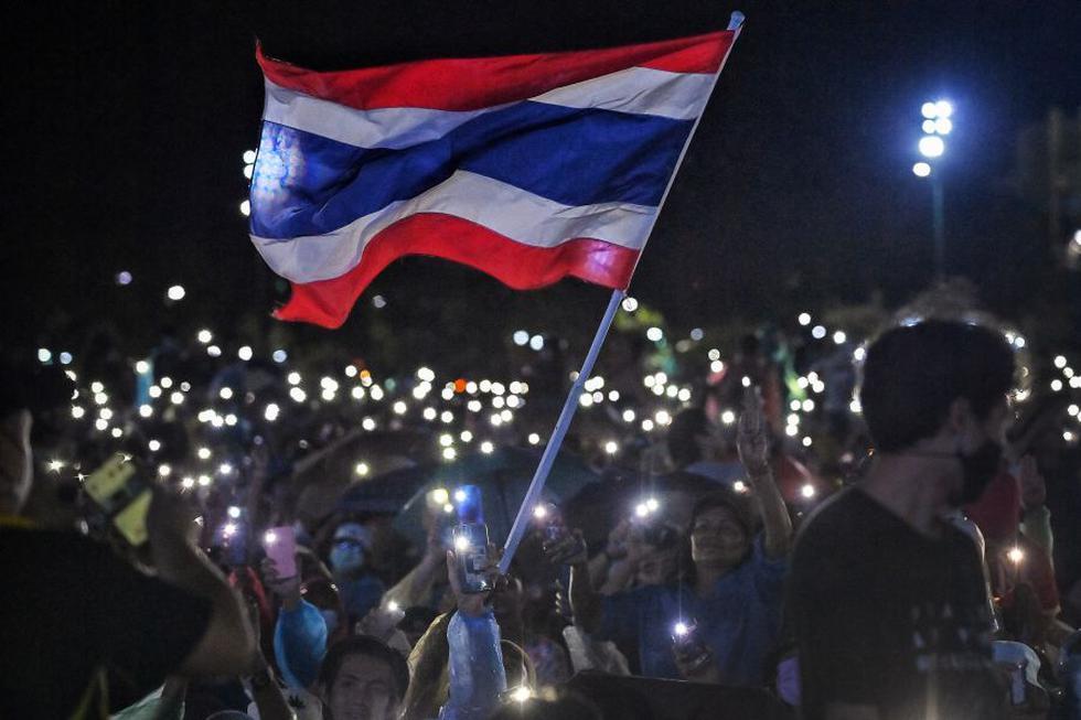 Miles de jóvenes empezaron a manifestarse este sábado en Bangkok, lanzando una movilización de dos días contra el gobierno para reclamar más democracia, la dimisión del primer ministro o incluso una reforma de la monarquía, un tema tabú en Tailandia.  (Foto: Lillian SUWANRUMPHA / AFP).