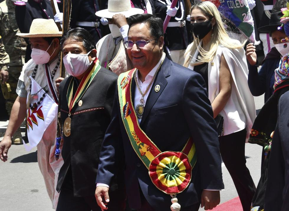 El nuevo presidente de Bolivia, Luis Arce (derecha) y el vicepresidente, David Choquehuanca, abandonan la Asamblea Legislativa Plurinacional tras jurar el cargo. (Foto de AIZAR RALDES / AFP).