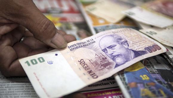 """El precio del """"dólar blue"""" alcanzaba los 156 pesos en Argentina este miércoles. (Foto: AFP)"""