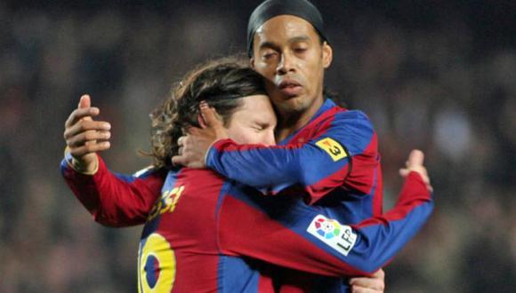 Lionel Messi y Ronaldinho Gaúcho jugaron juntos en Barcelona. (Foto: AFP)