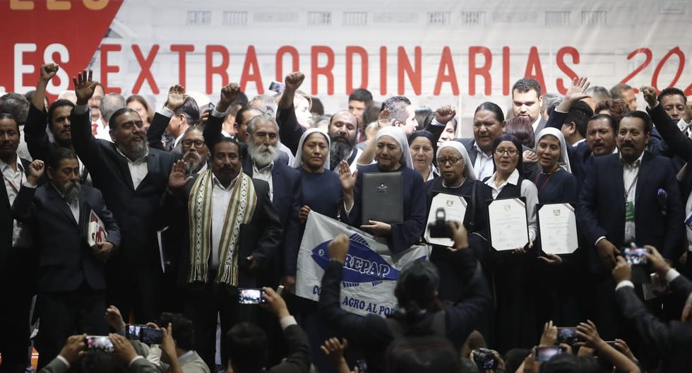La bancada del Frepap saluda a los asistentes tras la ceremonia de entrega de credenciales. (Foto: César Campos / GEC)