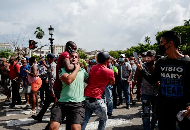 A man grabbing another by the neck during the demonstration against the Cuban government of President Miguel Díaz-Canel in Havana, on July 11, 2021 (AFP / Adalberto Roque).
