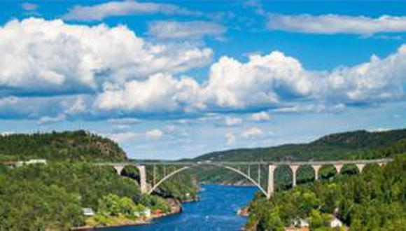 El estrecho de Svine es uno de la docena de puestos fronterizos entre Suecia y Noruega por el que se permite el paso de camiones. (Foto: Petroos)