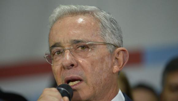 El ex presidente de Colombia y senador Álvaro Uribe habla tras ser citado al Palacio de Justicia para una audiencia ante la Corte Suprema el 8 de octubre de 2019. Este miércoles se supo que dio positivo a coronavirus. (Foto: Raúl ARBOLEDA / AFP).