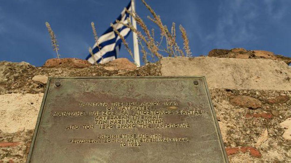 Esta placa conmemorativa en la Acrópolis recuerda la hazaña de Manolis Glezos y Apostolos Santas. Foto: Getty Images, via BBC Mundo