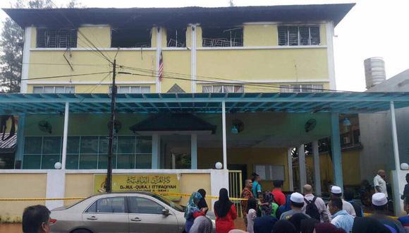 El incendio habría iniciado en uno de los dormitorios, según las primeras investigaciones. (Twitter)
