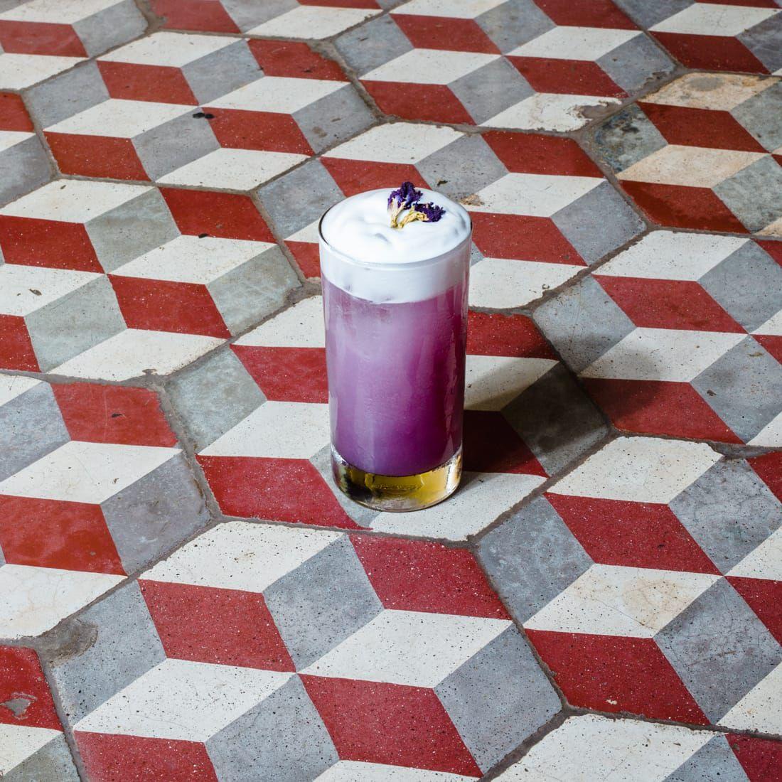 La coctelería es uno de los puntos más fuertes de la apuesta de Bandra. El reto estaba en crear una propuesta de autor que sirva como maridaje para los sabores de la India. En foto, coctel Gulab Jamun, con gin, lavanda, tés y soda.