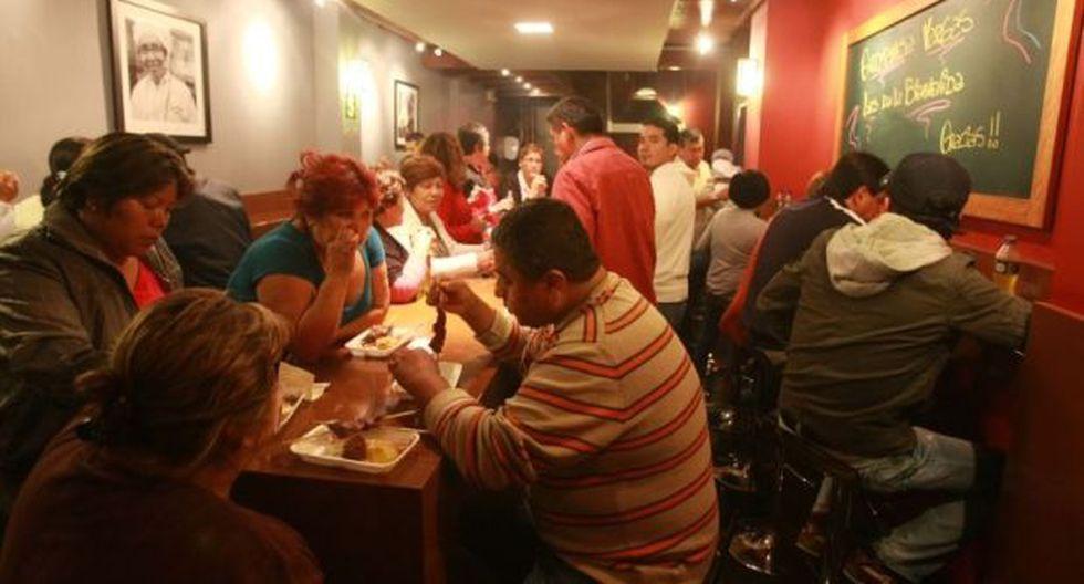 Peruanos destinan un 33,2% de sus gastos a comer fuera de casa