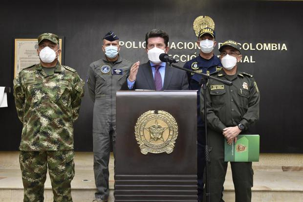 At a press conference, the Minister of Defense, Diego Molano (center), flanked by the director of the National Police, General Jorge Luis Vargas (right), and the commander of the Military Forces, General Luis Fernando Navarro (left). PHOTO: MINISTRY OF DEFENSE OF COLOMBIA.