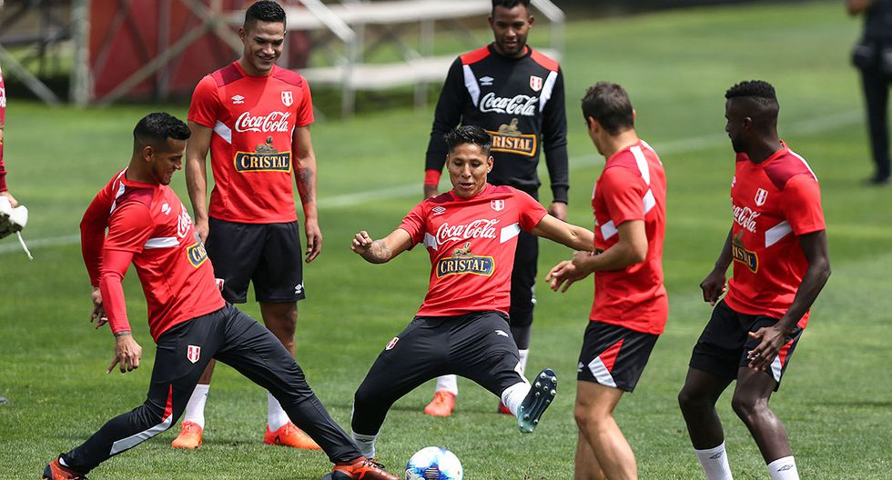 Football Soccer - Peru's national soccer team training - World Cup 2018 Qualifiers - Lima, Peru - October 1, 2017. Peru's national soccer team player Raul Ruidiaz (C) attends a training session in preparation for their qualifying match against Argentina. REUTERS/Guadalupe Pardo