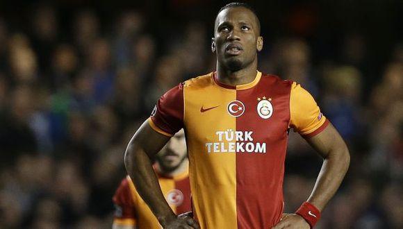 Drogba volvió a la cancha de Chelsea con un horrible tiro libre