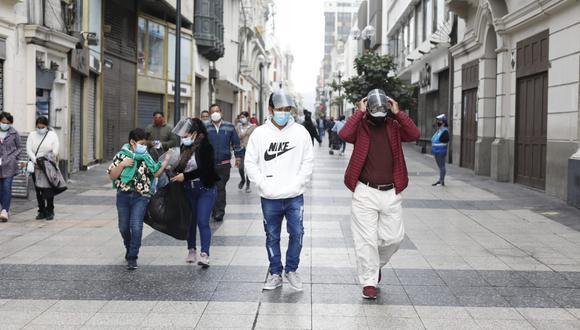 Personas caminan por el Centro de Lima. (Foto: César Bueno @photo.gec)