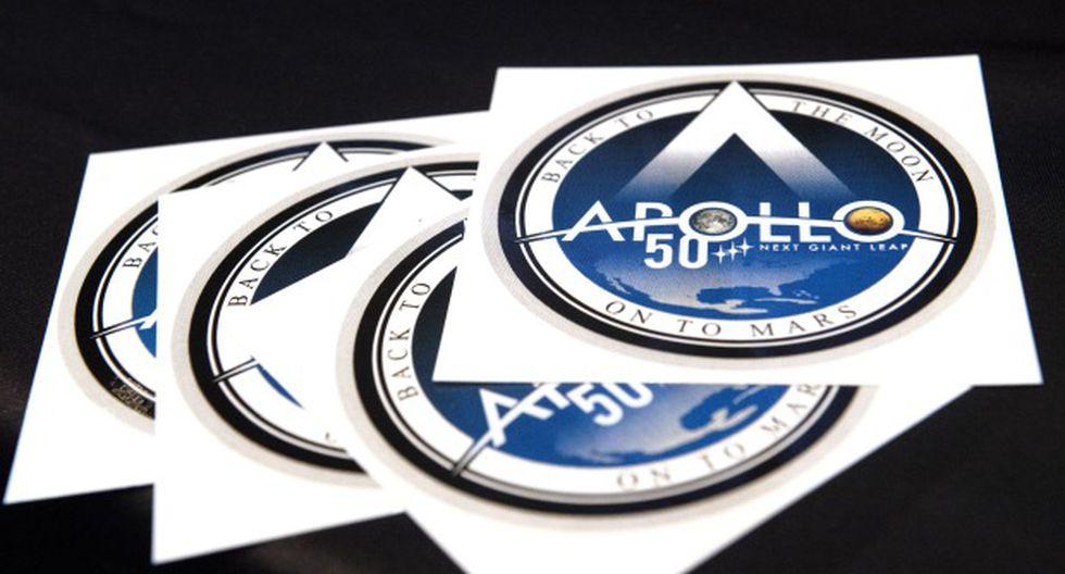 Se pusieron a disposición del público calcomanías del 50 aniversario de la misión Apolo 11 de la NASA durante el 35º Simposio Espacial en The Broadmoor en Colorado Springs. (Foto: AFP)
