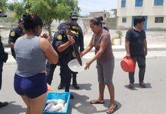 Piura: policías reparten pescado a familias de bajos recursos económicos que están alejados de los mercados
