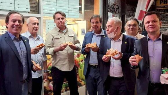 Jair Bolsonaro tuvo que comer una pizza en la calle en Nueva York porque no está vacunado contra el coronavirus. (Luiz Eduardo Ramos, Twitter).