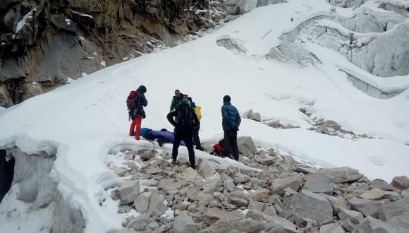 Policías y guías de alta montaña rescataron los cadáveres del nevado Caraz, a más de seis metros sobre el nivel del mar. (Foto: Policía de Alta Montaña de Caraz)