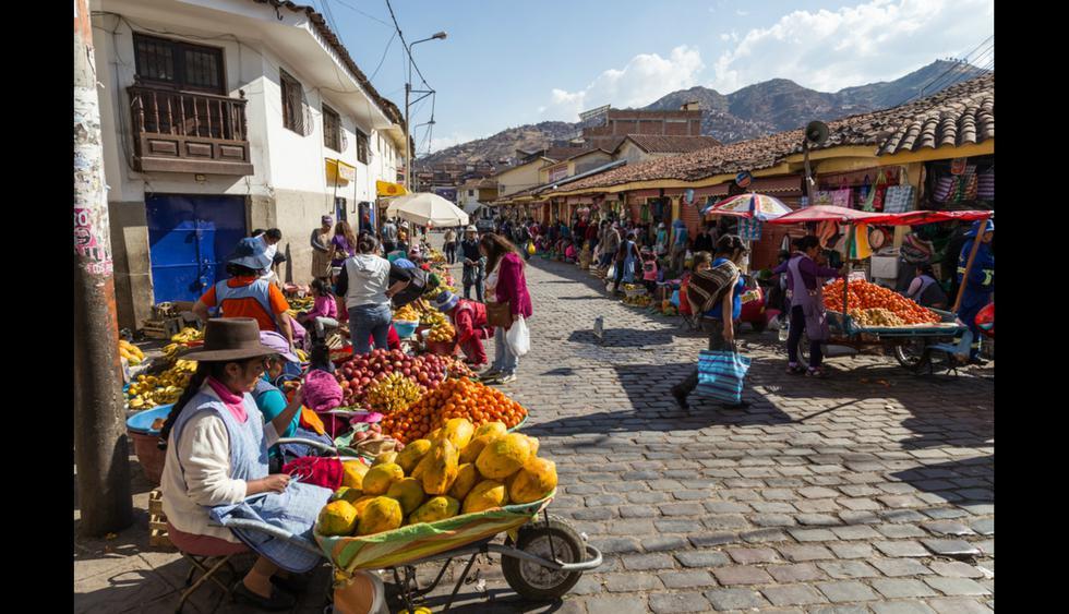 Camina por los mercados y prueba las deliciosas frutas cusqueñas. En esta temporada encontrarás abundantes tunas, manzanas, peras de agua y duraznos. Foto: Shutterstock.