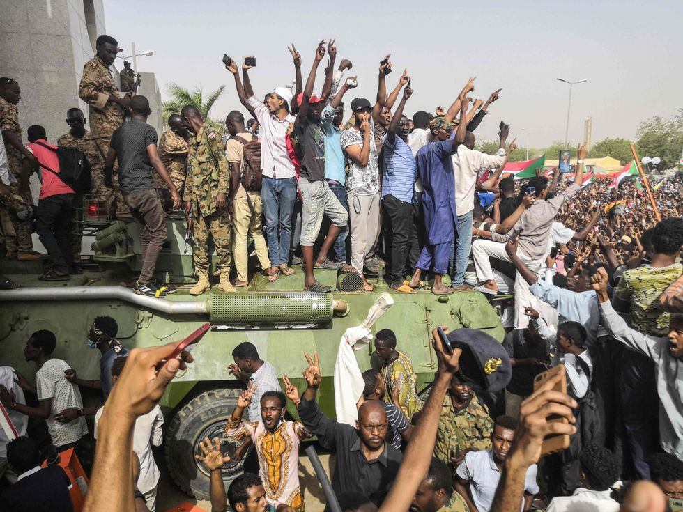 Civiles y militares festejan la caída de Omar al Bashir. (AFP).