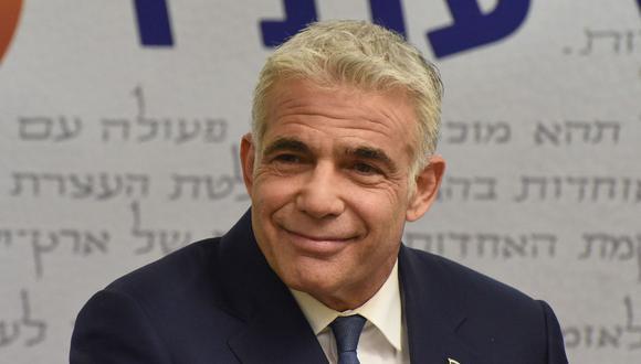 El líder de la oposición centrista de Israel, Yair Lapid, ofrece una declaración a la prensa en la Knesset (Parlamento) en Jerusalén el 31 de mayo de 2021. (Foto de DEBBIE HILL / POOL / AFP).