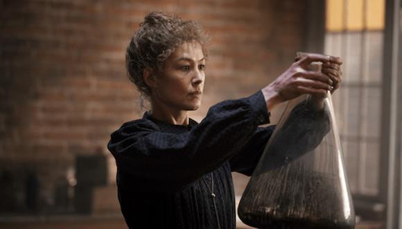 """La actriz británica Rosamund Pike interpreta a Marie Curie en la película """"Radioactive"""". (Foto: Amazon Studios)"""