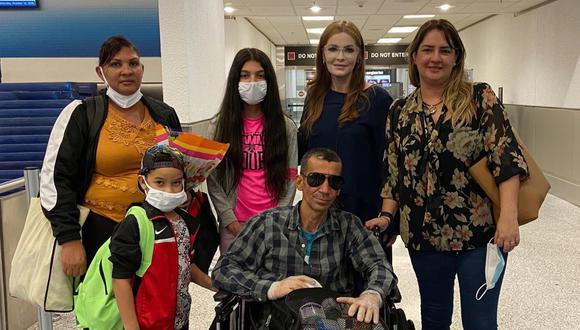 Fotografía cedida por Maite Luna donde aparece la familia del opositor cubano Ramón Arboláez (centro) en el aeropuerto de Miami, Florida (Estados Unidos), el 10 de octubre. (EFE/Archivo particular).
