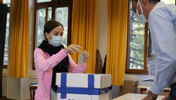 Una mujer emite su voto para el referéndum sobre el aborto en un colegio electoral en San Marino. (Foto: AP / Antonio Calanni).