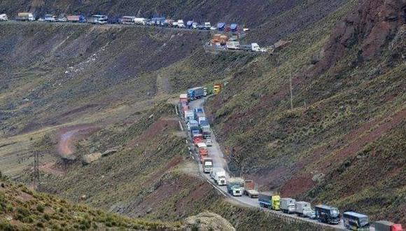 La Carretera Central, a la altura de Ticlio, se vio envuelto en un caos vehicular debido a la volcadura de un tráiler que impedía el tránsito de ambos sentidos. (Foto: Radio La Ruta)
