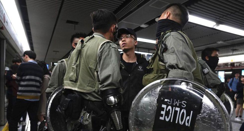 Un manifestante se enfrenta a la policía antidisturbios en una estación de tren en Hong Kong. (Foto: AP).