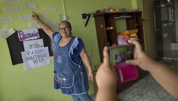 La profesora Cynthia Cortez acondicionó un ambiente de su casa para grabar las clases que envía a sus alumnos. (Foto: Anthony Niño de Guzman/GEC)