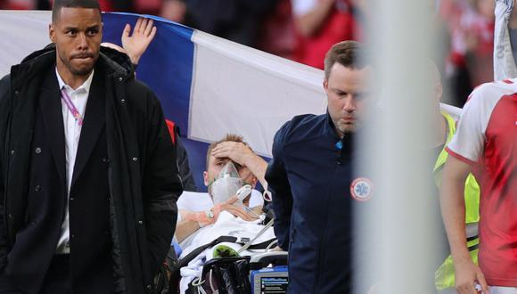 Así salió Eriksen del campo de juego. (Foto: Friedemann Vogel / AFP)