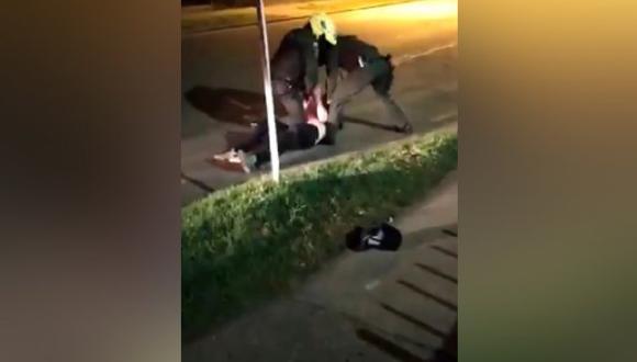 La víctima es el abogado Javier Ordóñez, quien falleció en una clínica a la que fue trasladado luego de que dos policías del barrio Villaluz, en el oeste de Bogotá, lo doblegaran con brutalidad y el uso prolongado de pistolas eléctricas Táser en frente del edificio donde vivía. (Captura de video).